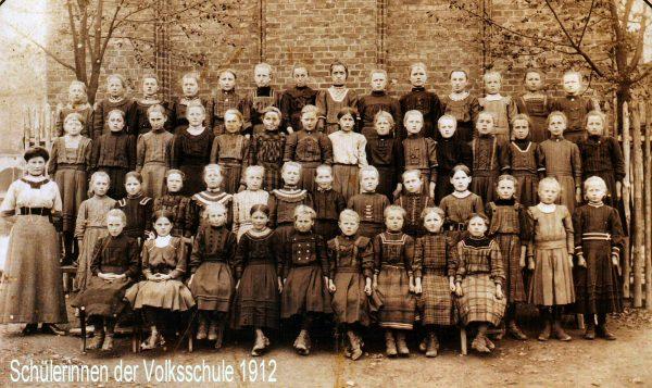 1912: Schülerinnen der Volksschule